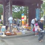 西条市の大通寺では、毎月8日に花薬師の縁日が開催されます。
