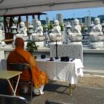 西条市にある霊苑ごくらくでは、毎月、供養の読経が行われています。